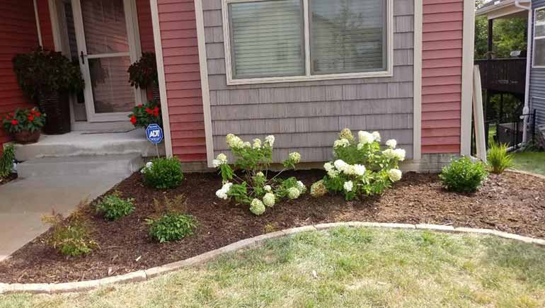 Mulch installation at a Des Moines, IA home.